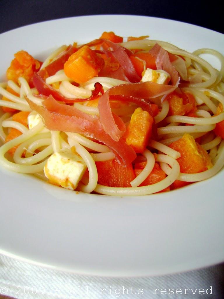 Spaghetti con zucca speck e scamorza
