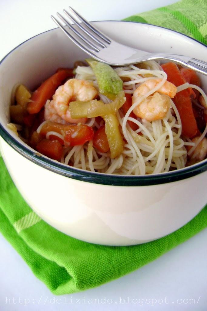 Spaghetti di riso con verdure e gamberetti
