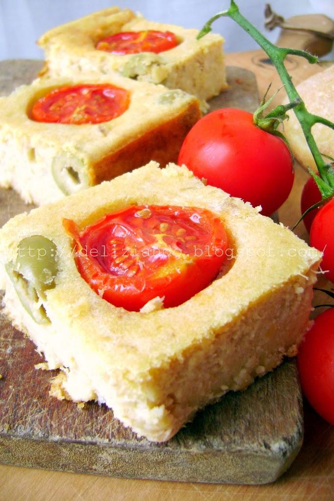 Torta di pane, tonno e olive verdi
