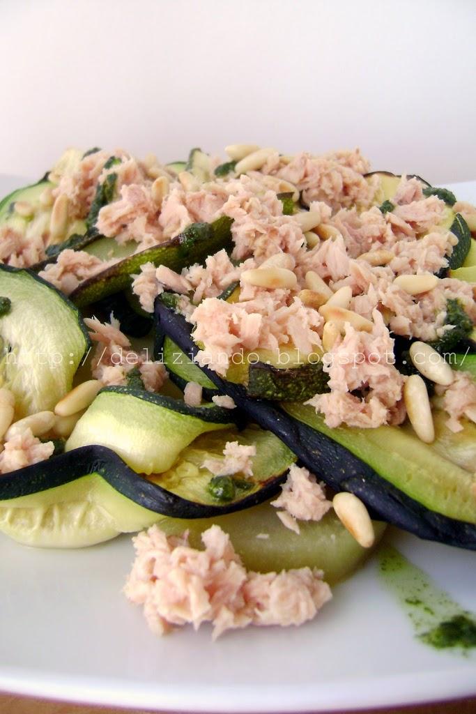 Insalata di tonno con zucchine, patate e salsa al basilico