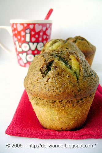 Muffin al pistacchio e caffè con cuore di cioccolato