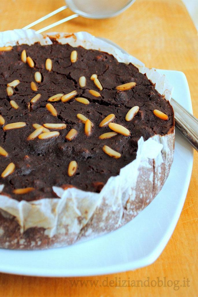 Torta di pane al cioccolato con biscotti