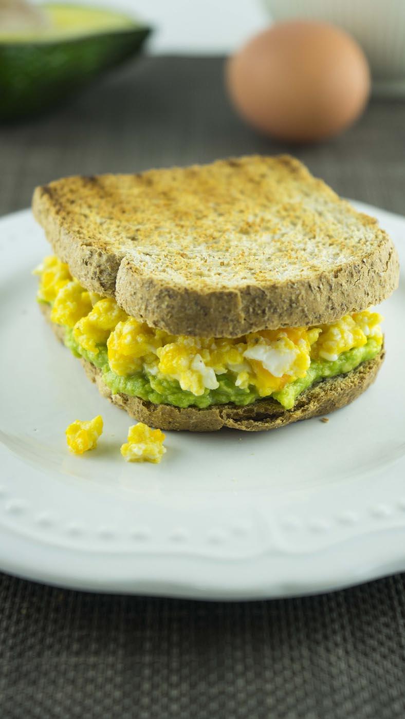 Toast con avocado e uova strapazzate