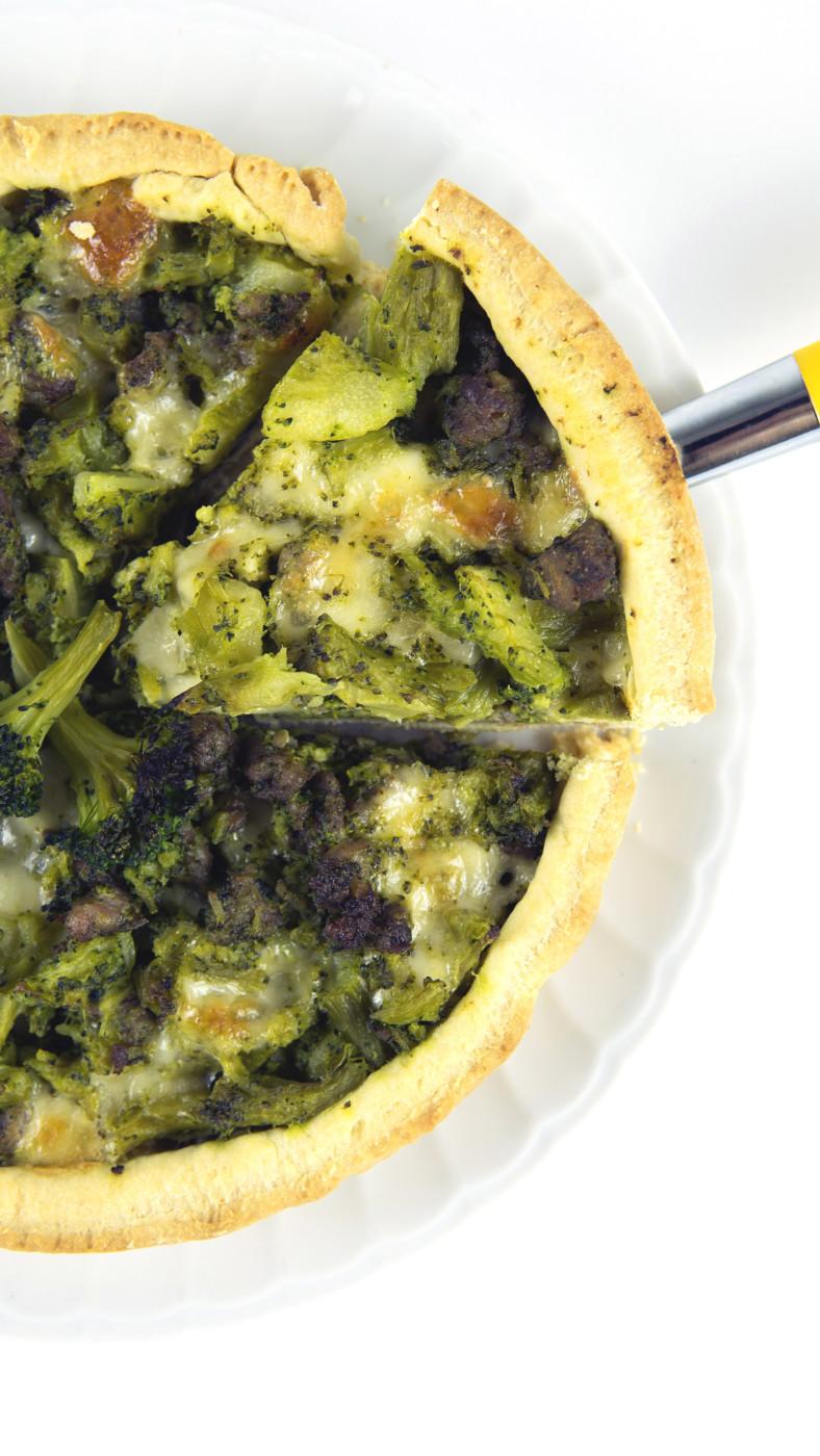 Torta salata con broccoli salsiccia e scamorza