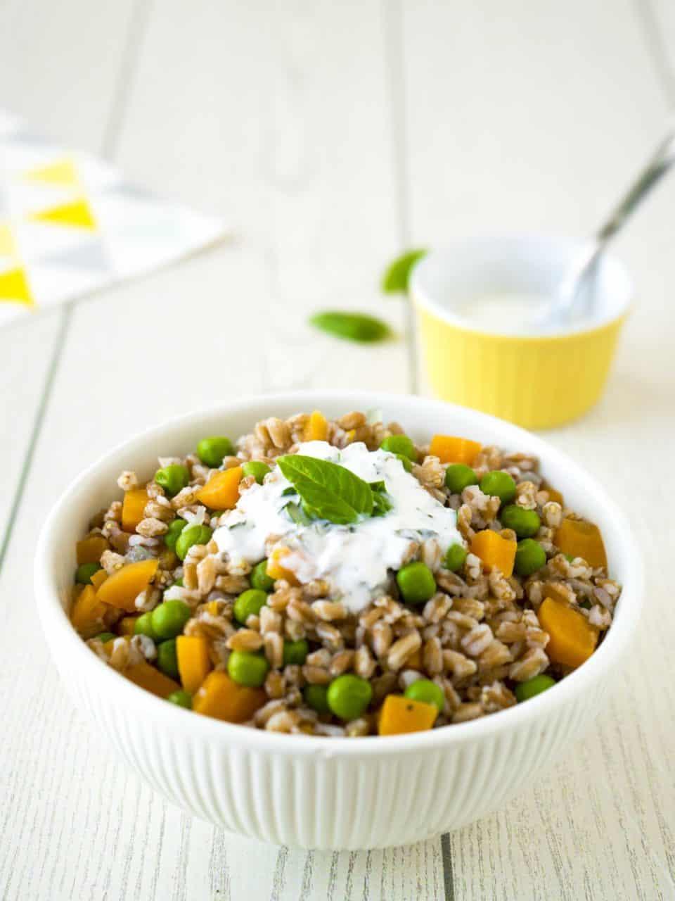 insalata di farro con piselli e carote