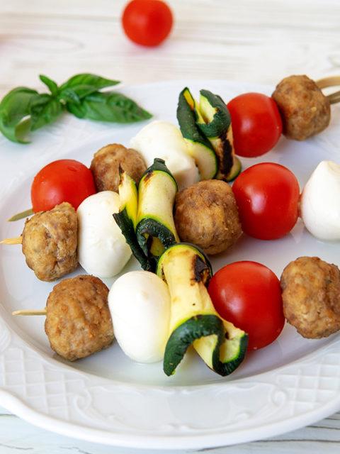 Spiedini di mozzarella pomodorini e polpette, la ricetta per l'antipasto