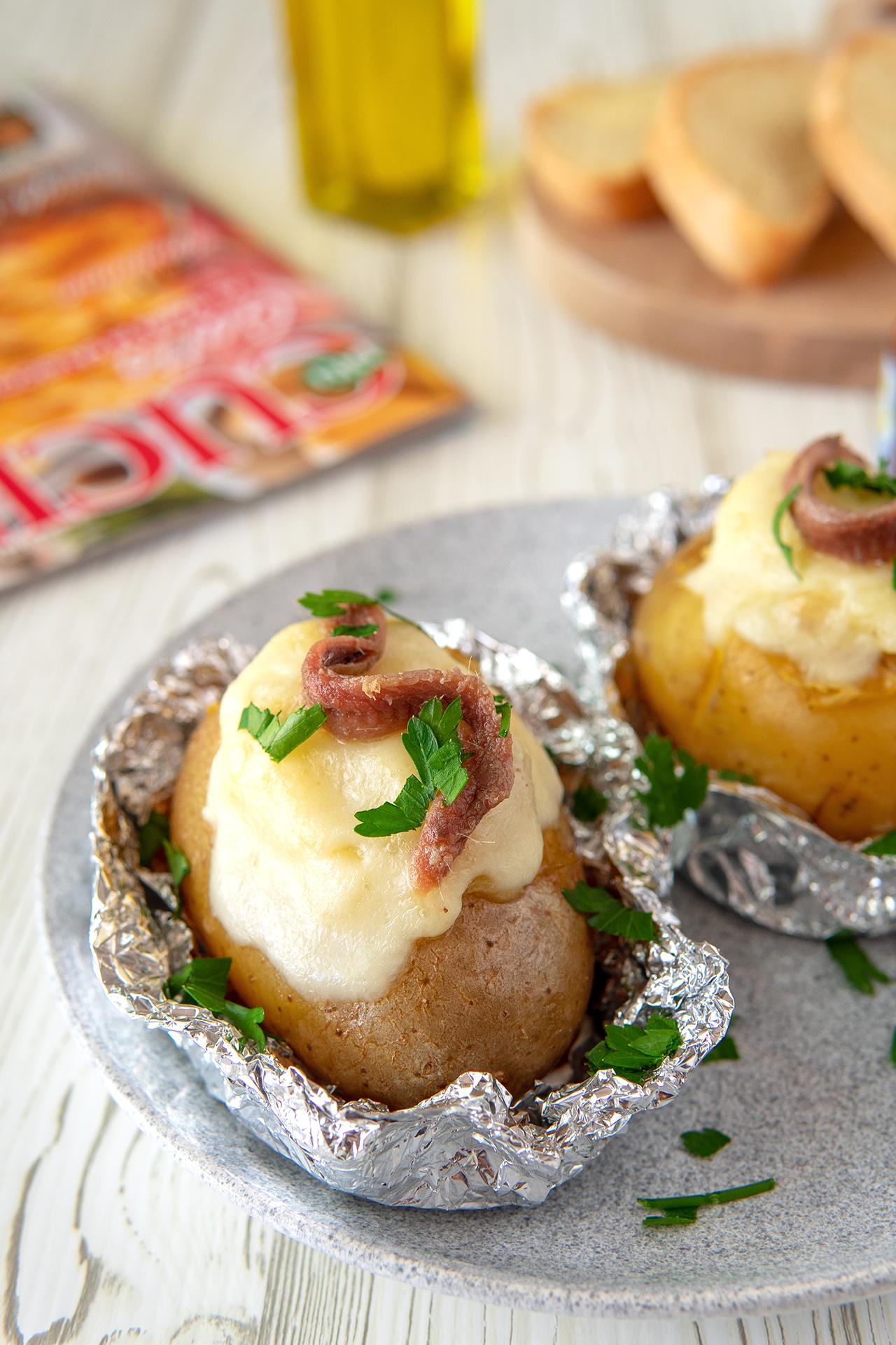 Baked potatoes la ricetta con formaggio e acciughe
