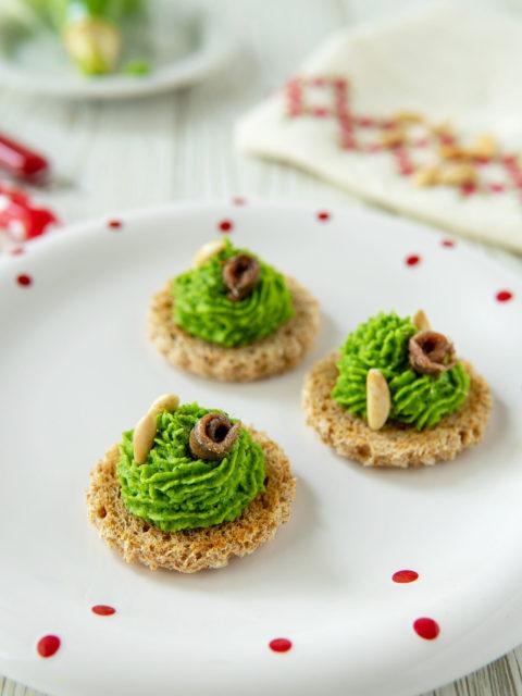 Tartine natalizie con mousse di broccoli e acciughe